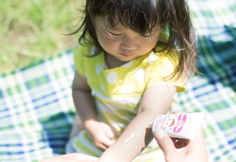 【こどもの紫外線対策】保湿成分がポイント! 開発者に聞いた、日焼け止めの正しい選び方&塗り方