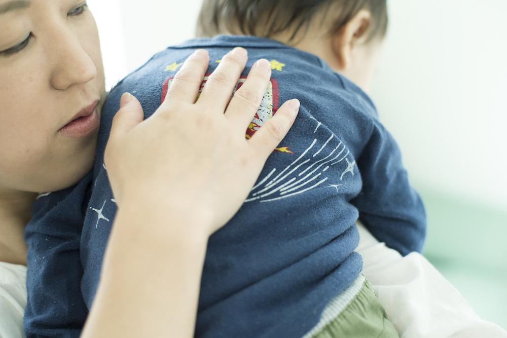 授乳後の赤ちゃんのゲップ、どうやってさせてあげたらいいの?